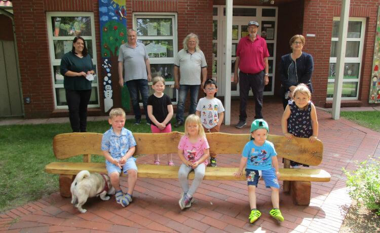 Die Gruppe der Gattersäge hat für den Kindergarten Tabaluga eine Bank angefertigt. Die Kinder und Mitarbeiter freuen sich sehr über die Bereicherung für den Spielplatz.