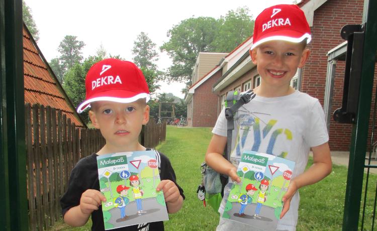 """Im Rahmen unseres Projektes """"Verkehrserziehung"""" spendete Familie Meyer für jedes Kind ein Malbuch und eine Sommermütze!"""